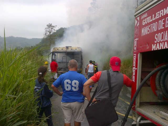 Bus de la UTM se incendia en la vía Santa Ana-Olmedo