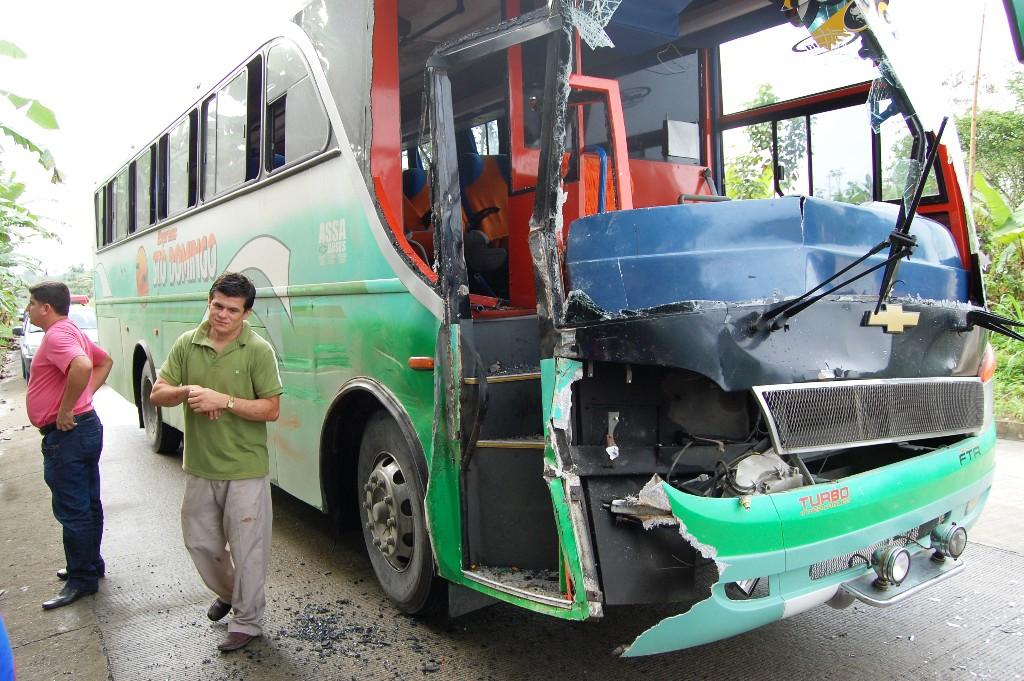 Dos heridos en choque de bus con camioneta