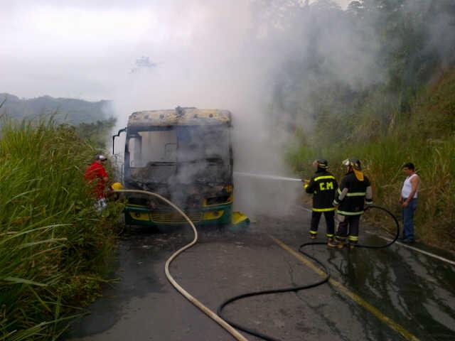 45 estudiantes de la UTM se salvan de morir en incendio de bus