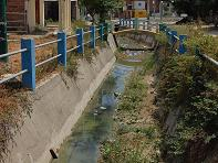 Canales de agua llenos de desechos