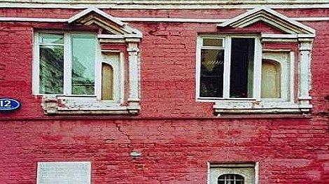 Echó a amante por ventana para que esposa no la vea