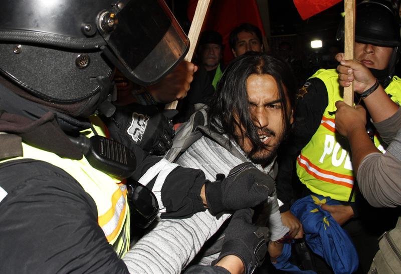Ecuatorianos rechazan 'amenaza' y protestan en Embajada Reino Unido