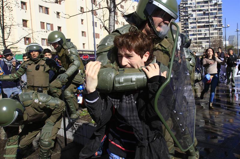 Protesta estudiantil deja 75 detenidos y 49 heridos