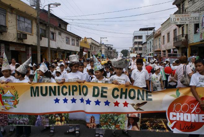 La copa El Diario llegó a Chone en medio de un colorido pregón