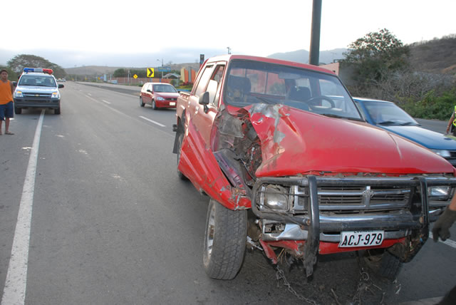 Chofer de camioneta volcó cerca de motel
