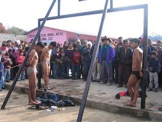 Justicia indígena castigó a dos presuntos ladrones en Otavalo