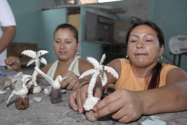 Internas exhiben sus  trabajos manuales hechos en tagua