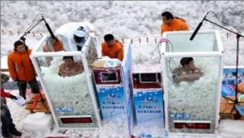 Superaron las 2 horas dentro de cubos llenos de hielo