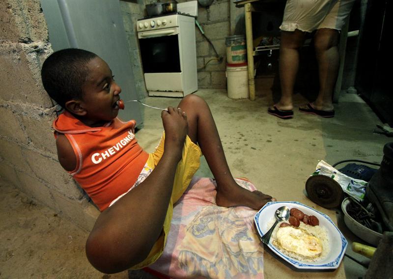 Un niño prodigio sin brazos juega al fútbol con destreza