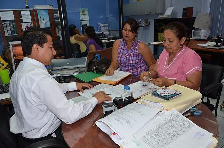 Auxiliares de enfermería buscan su oportunidad