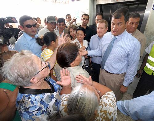 Correa se queja del mal servicio del hospital Abel Gilbert