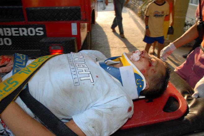 Joven motociclista sufre accidente al chocar con muro