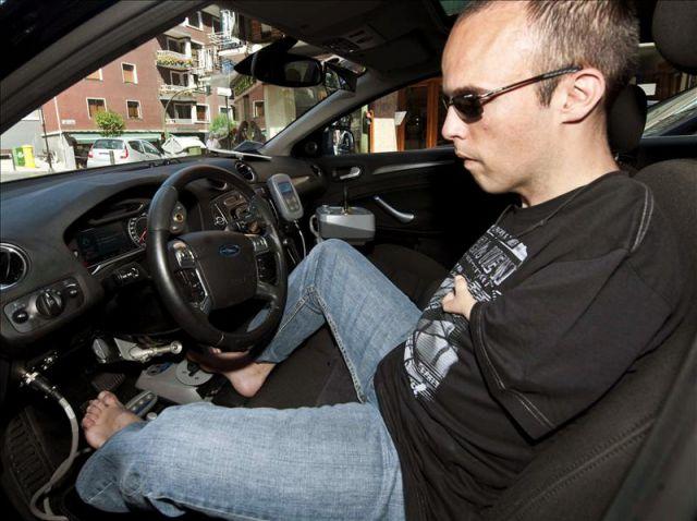 David Rivas, el primer europeo que conduce con los pies, aprobó el examen