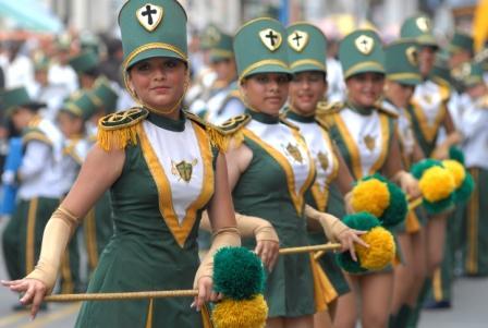 El fuerte sol no impidió disfrutar del desfile estudiantil
