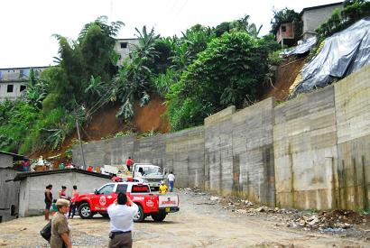 Deslave de tierra afectó dos viviendas