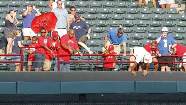 Fanático del béisbol muere al caer al vacío por atrapar pelota