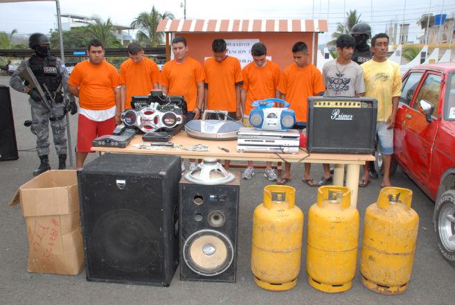 Detienen a 11 personas acusadas de robar local comercial