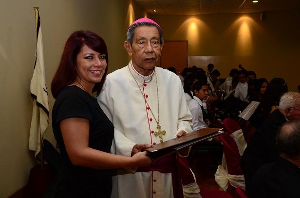 La Asamblea condecora al obispo Paco Vera