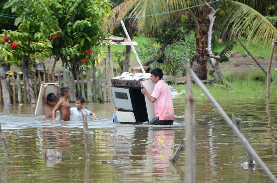 Evacuan a 80 familias de Sucre