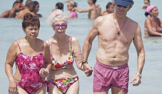 La Duquesa del Alba se pasea en bikini por la playa