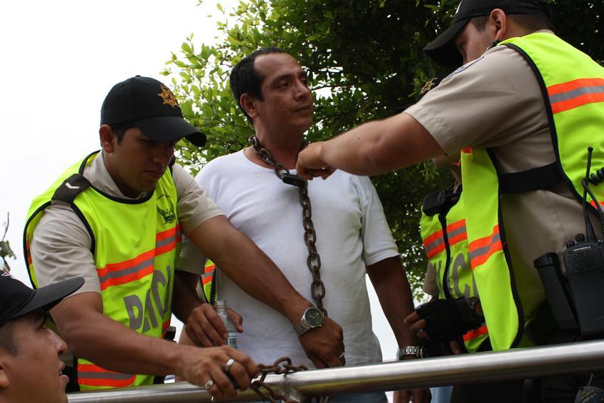 Mantense se encadena en protesta contra el gobierno