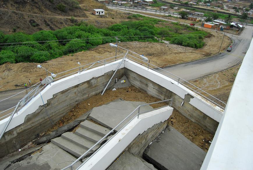 Se destruye escalinata que tenía 2 semanas construida