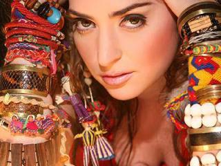 La cantautora ecuatoriana Mirella Cesa promociona en España su próximo disco