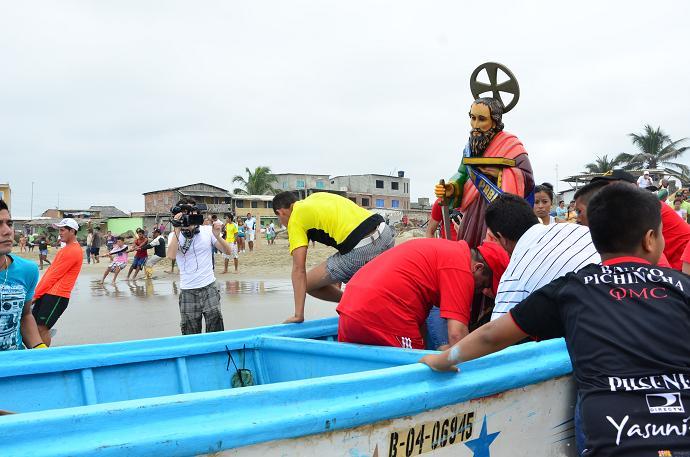 Fieles participan en travesía marítima de San Pedro y San Pablo
