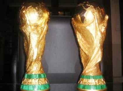 Roban réplicas del trofeo en sede de la FIFA