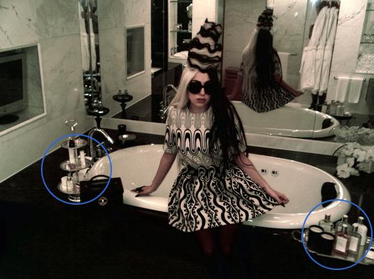 Lady Gaga se da excéntrico baño con sangre