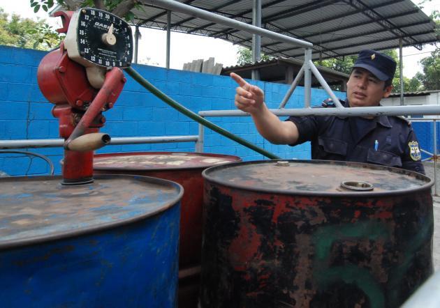 Policía decomisa tres mil galones de combustible en Esmeraldas