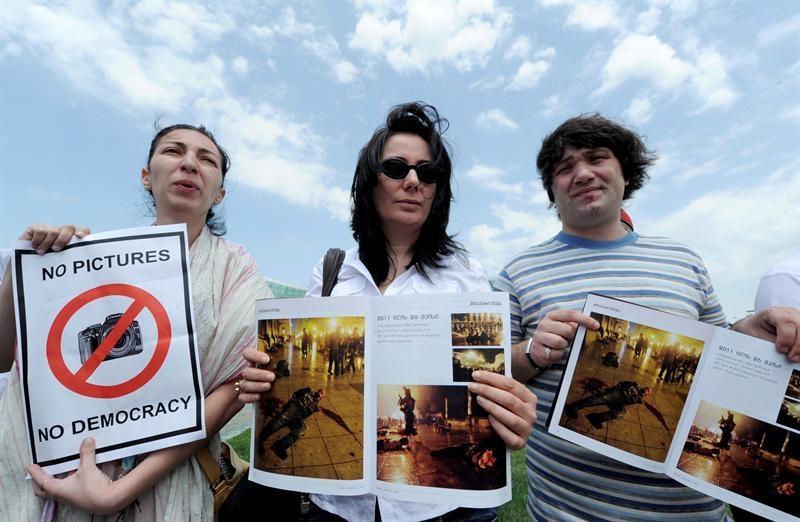 Diarios protestan en sus portadas por la detención de fotógrafos
