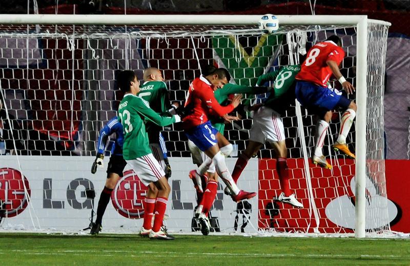 2-1. Chile asume liderato con una sufrida remontada