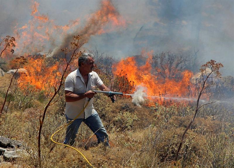 Más de un centenar de bomberos intentan apagar incendios