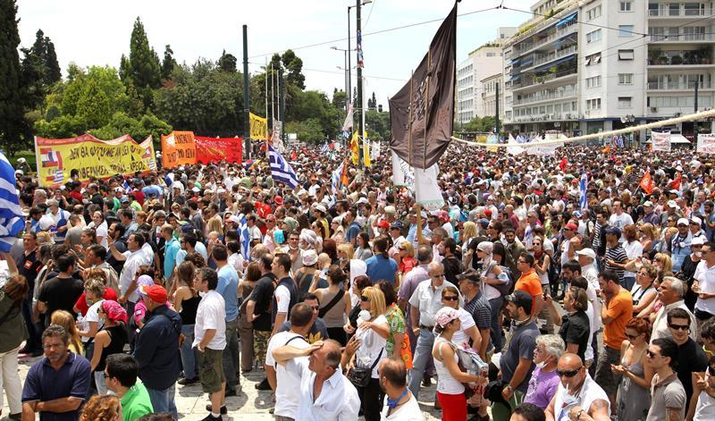 Continúan los disturbios frente al Parlamento  tras aprobarse ajuste de medidas