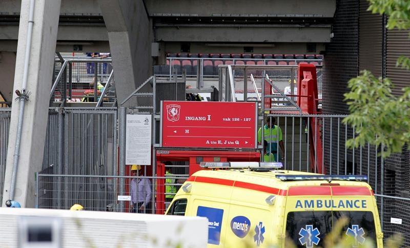 Un muerto y 14 heridos por el derrumbe en el estadio del Twente