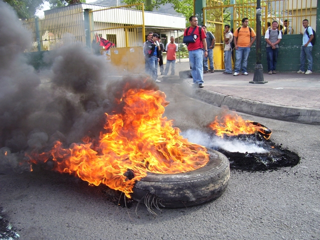 Estudiantes continúan protestas