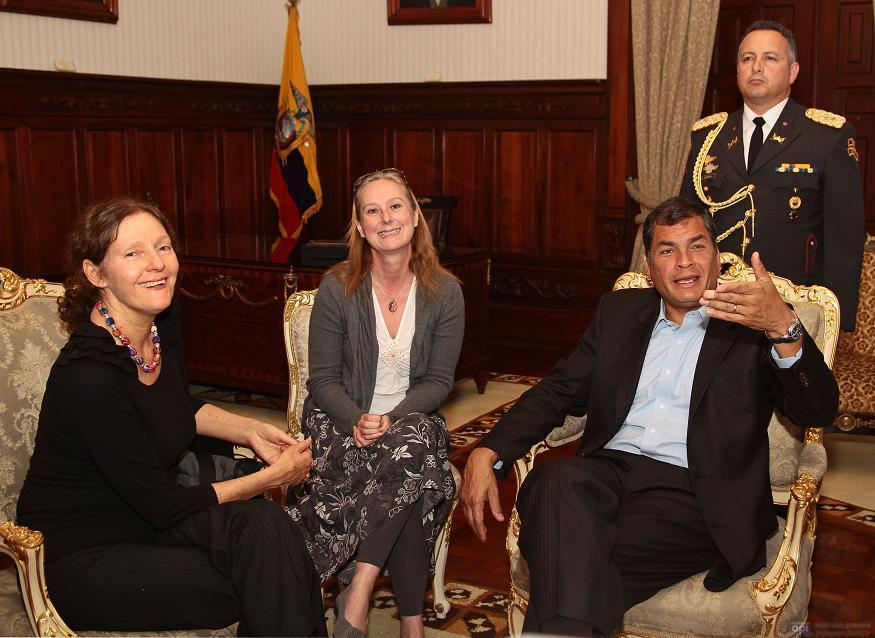 Correa reitera a madre de Assange que tomará decisión soberana