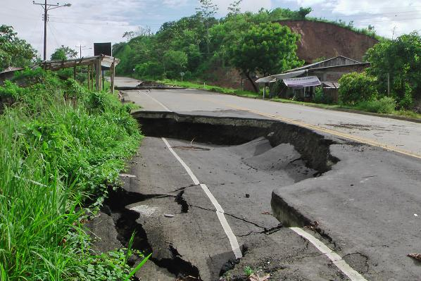 Fallas geológicas en Flavio  causan que casas cedan