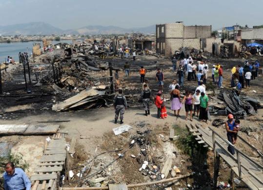 106  casas consumidas tras incendio en Guayaquil