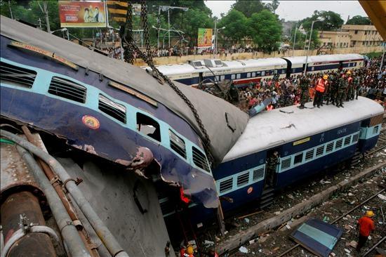 60 Muertos y 150 heridos en un choque de trenes en la India