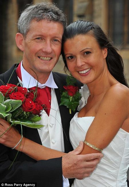 Vicario de Iglesia se casa con modelo 20 años menor que él