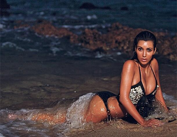 Kim Kardashian se toma fotos sexy en una playa