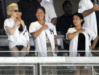La controversial Lady Gaga desata revuelo al visitar vestuario de los Yanquis