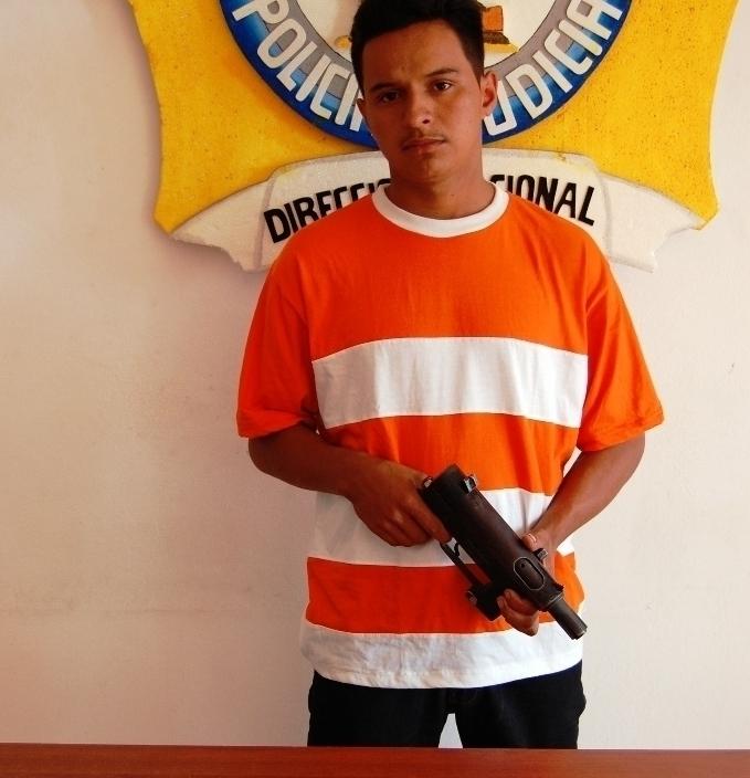 Hombre intentó disparar a policías que lo detuvieron