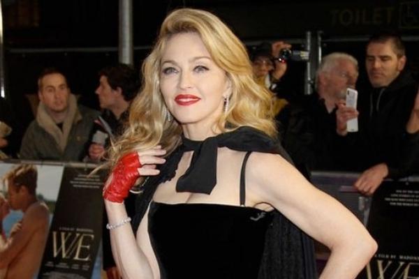 Madonna cubre sus arrugas con guantes