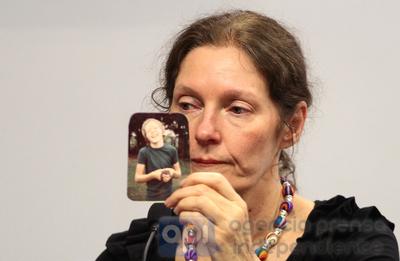 Madre de Assange tiene temor por derechos de hijo