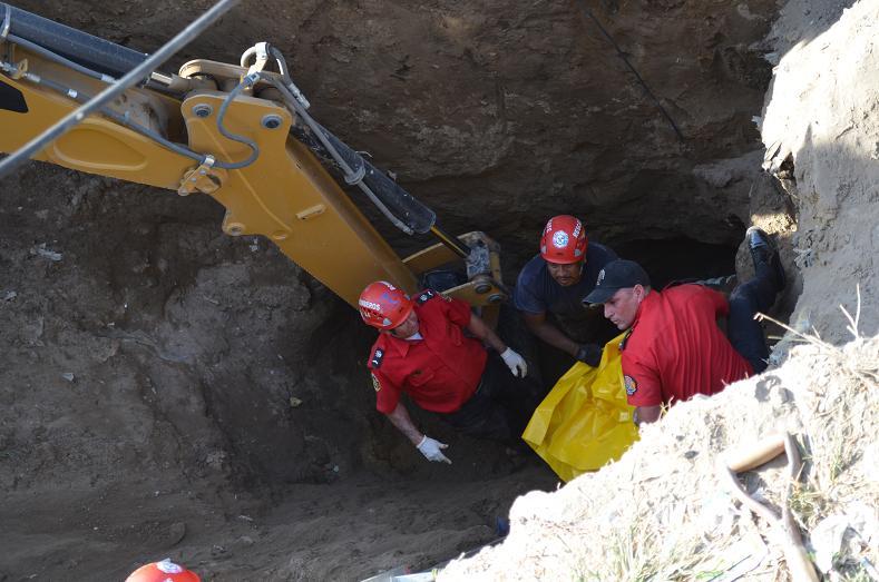 Dos obreros son sepultados en deslizamiento de tierra