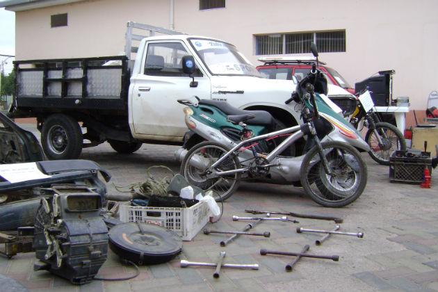 Descubren patio con vehículos robados
