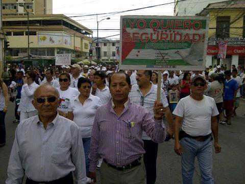 Miles de personas marchan por las calles de Portoviejo